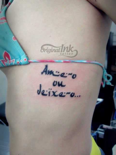 Tattoo de frase nas costelas